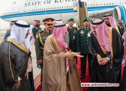 لقطات من القمّة الخليجيّة.. جدلٌ يُثار حول وجود شعار المملكة رغم ترأس الإمارات للقمّة..