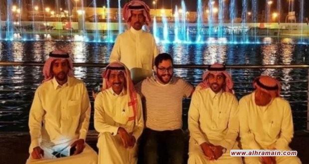 مستوطن يهودي يلتقط صورة مع أصدقاءه السعوديين في قلب المملكة